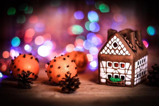 Maison de pain d'épice et oranges à la table de noël .photo avec espace de copie.