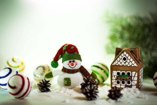 Maison en pain d'épice terminée et joli bonhomme de neige fait main