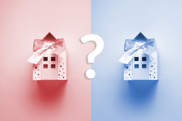 Maison en papier en tant que playneck et jouet pour enfant sur le fond bleu et rose