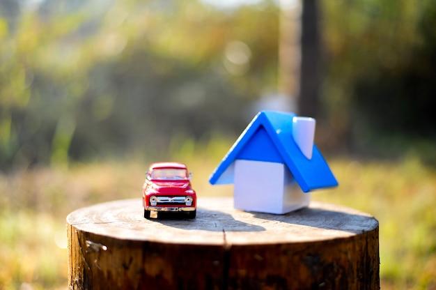 Maison et petite voiture de jouet. mettez le journal dans les bois et les montagnes en hiver