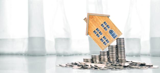 Maison de pièces de plus en plus sur les pièces de monnaie. concept de propriété d'investissement et de financement d'investissement concep