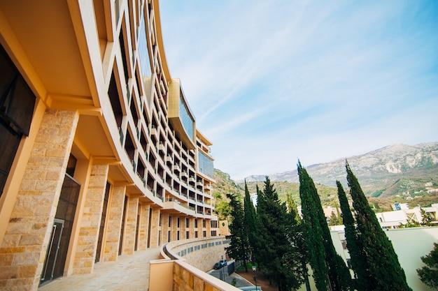 Maison à plusieurs étages sur la mer architecture monténégrine real es