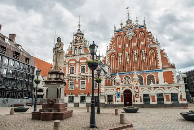 Maison des points noirs sur la place de l'hôtel de ville, riga, lettonie