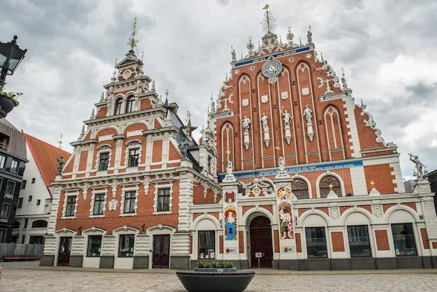 Maison de points noirs sur la place de l'hôtel de ville riga lettonie