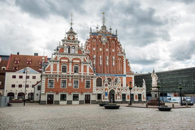 Maison des points noirs sur la place de l'hôtel de ville, riga lettonie