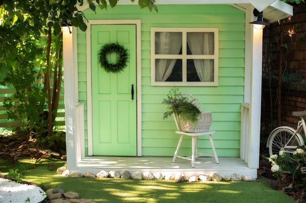 Maison porche en bois avec mobilier maison véranda intérieure avec chaise façade maison avec jardin