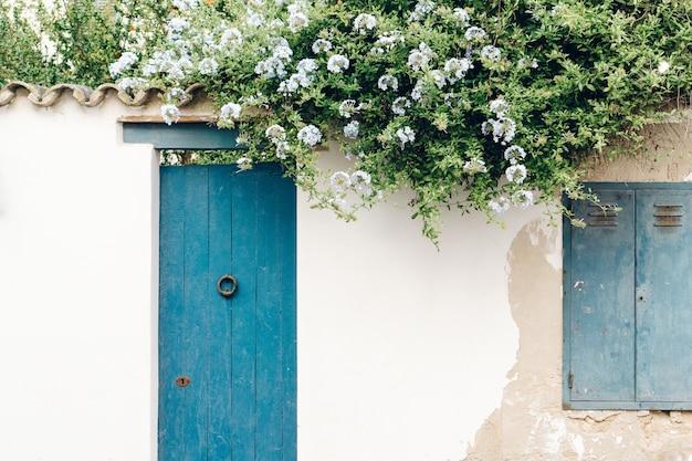 Maison avec porte bleue