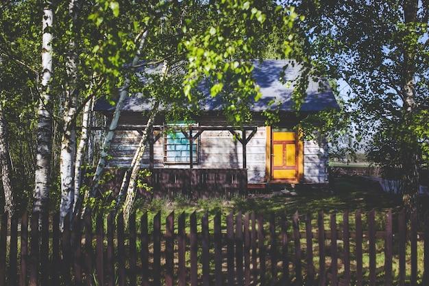 Maison avec porte jaune