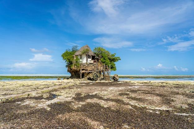 Maison sur le rocher à marée basse sur l'île de zanzibar