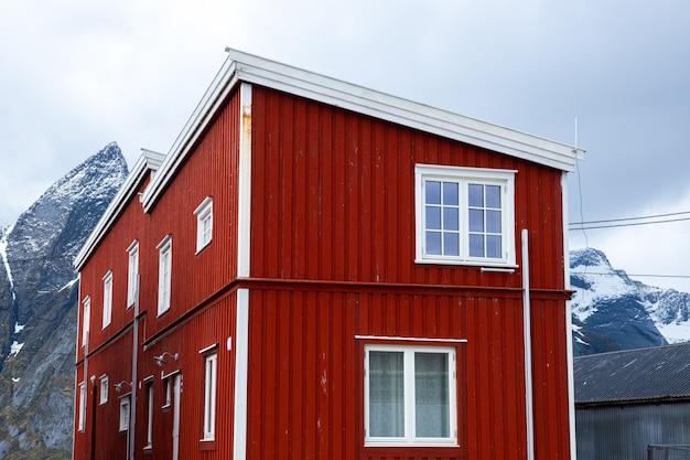 Maison rouge au bord de la mer aux îles lofoten