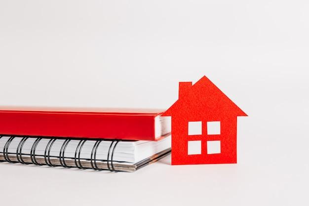Maison rouge et cahiers