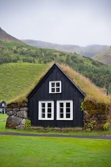 Maison rurale typiquement islandaise envahie par la pluie