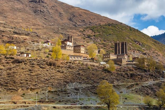 Maison de style tibet dans la montagne, un monument célèbre à ganzi, sichuan, chine.