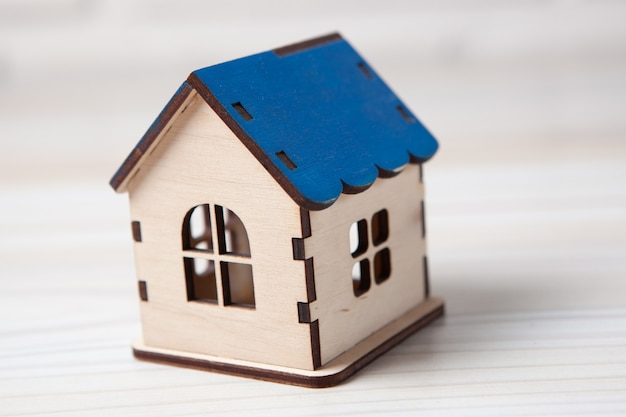 Maison sur une table en bois