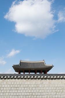Maison traditionnelle coréenne avec des cumulus