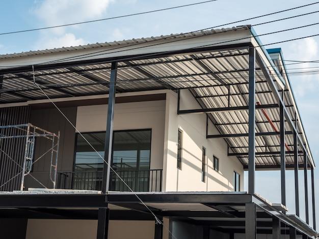 Maison urbaine moderne en période de rénovation.