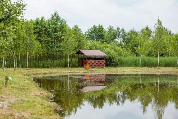 Maison de vacances près du lac. le concept de la pêche et des loisirs