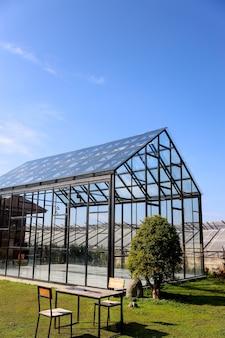 Maison de verre transparente sous le ciel bleu