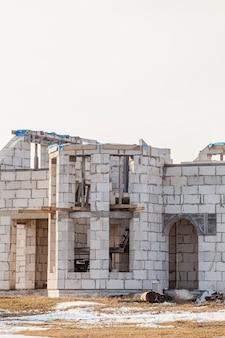 Maison vide inachevée abandonnée sans fenêtres, concept de construction abandonné