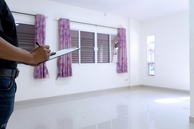 Maison vide et salle blanche
