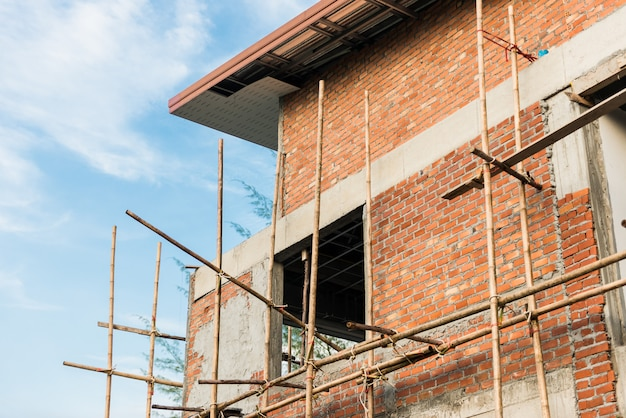Maison de ville et chantier de construction en construction