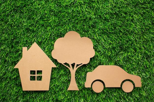 Maison de voiture de dessin animé et arbre dans l'herbe
