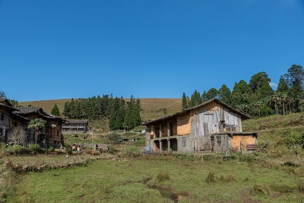 Maisons abandonnées sur les prairies rurales