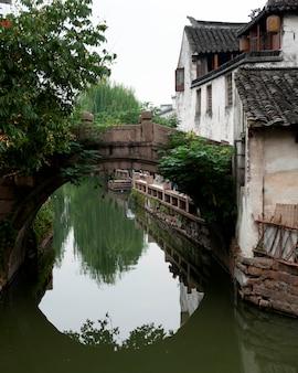 Maisons au bord d'un canal, zhouzhuang, province du jiangsu, chine