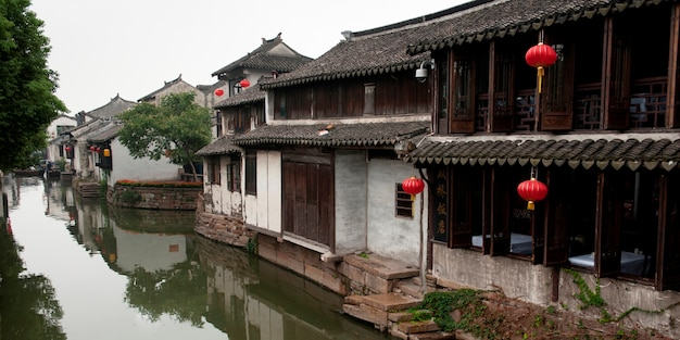 Maisons au bord du canal, zhouzhuang, province du jiangsu, chine