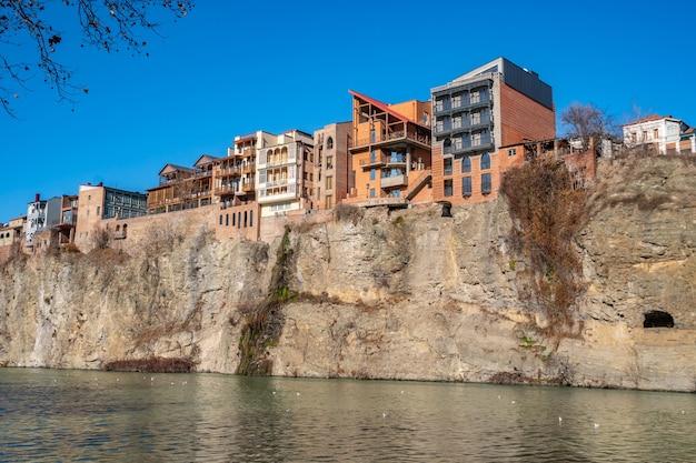 Maisons au bord d'une falaise au-dessus de la rivière kura à tbilissi