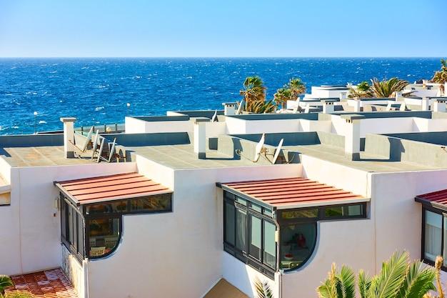 Maisons au bord de la mer dans l'île de tenerife, les canaries, espagne