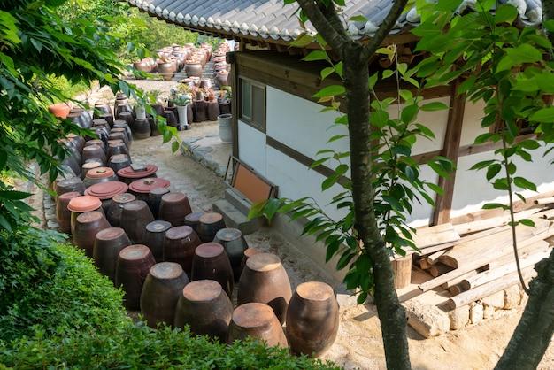 Maisons au toit de tuiles et le paysage environnant de la tradition coréenne