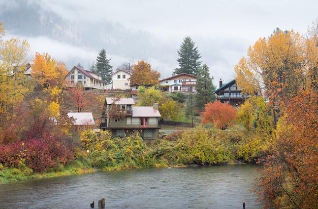 Maisons En Automne Devant Le Parc Aquatique, Leavenworth Photo Premium