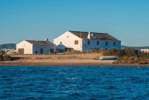 Maisons autour de la plage de faro.