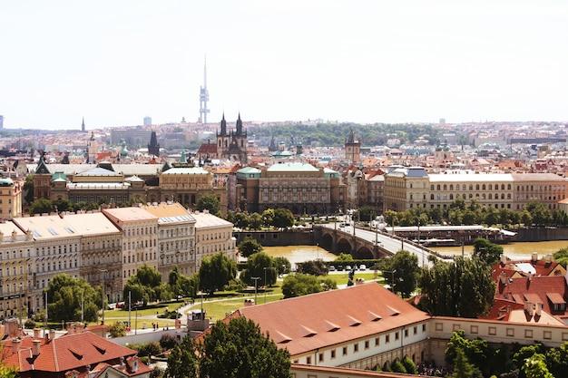 Maisons aux toits rouges traditionnels à prague. prague (praha) est la capitale et la plus grande ville de république tchèque