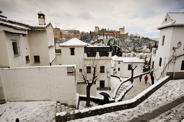 Les maisons blanches avec de la neige