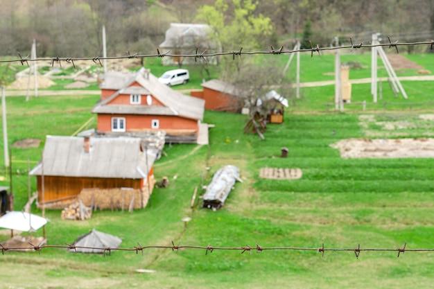 Maisons de bois à l'ancienne à la périphérie de la forêt. parmi les montagnes des carpates en