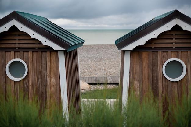 Maisons en bois au bord de l'océan cabines de baignade à saint marguerite sur mer