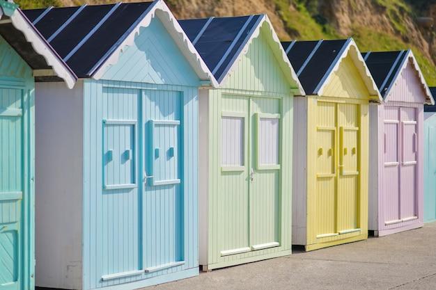 Maisons en bois colorées sur la côte océane cabines de baignade à saint aubin sur mer