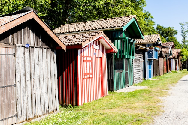 Maisons de bois colorées typiques dans le port de biganos dans le bassin d'arcachon