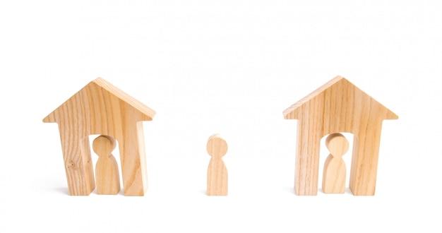 Des maisons en bois et des gens et un homme entre eux sur un fond blanc.