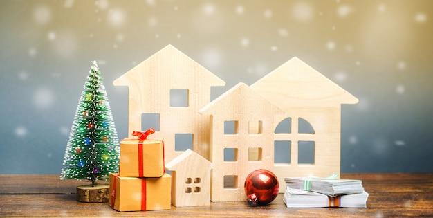 Maisons en bois, sapin de noël, argent et cadeaux.