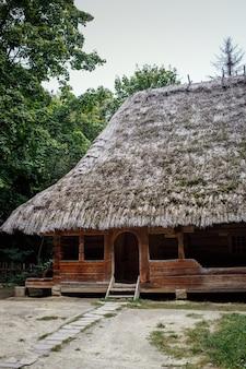 Maisons en bois ukrainiennes authentiques avec toit de chaume