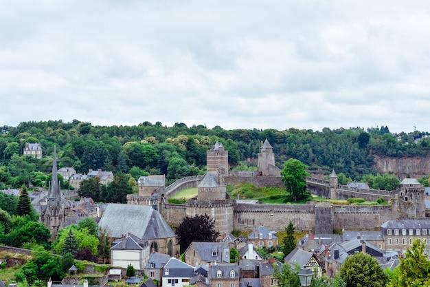 Maisons de campagne avec des bâtiments en pierre et des toits d'ardoise dans les vallées vertes