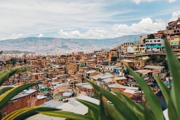 Maisons sur les collines de comuna à medellin, colombie