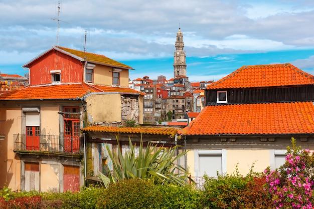 Maisons colorées amusantes dans la vieille ville de porto, portugal