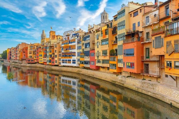 Maisons colorées à gérone, catalogne, espagne