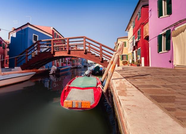 Maisons colorées et pont sur l'île de burano