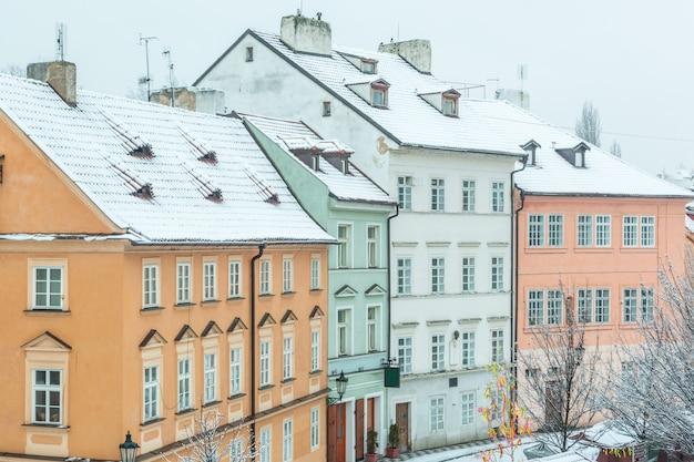 Maisons couvertes de neige à prague