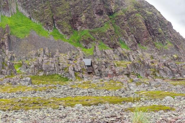 Maisons d'été traditionnelles sur la côte de la mer de barents le long de la route touristique nationale de varanger, finnmark, norvège